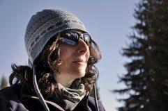 Portret van een jonge vrouw met zonnebril Stock Foto