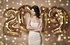 Portret van een jonge vrouw in naakte kleding s onder boke die Pret met de Gouden Ballon van 2019 hebben royalty-vrije stock afbeelding