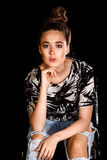 Portret van een jonge vrouw over zwarte achtergrond Stock Afbeelding