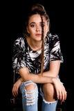 Portret van een jonge vrouw over zwarte achtergrond royalty-vrije stock fotografie