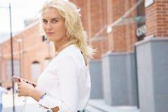 Portret van een jonge vrouw in straat Stock Foto's