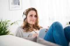 Portret van een jonge vrouw thuis Royalty-vrije Stock Afbeeldingen