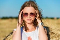Portret van een jonge vrouw in zonnebril Royalty-vrije Stock Fotografie