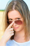 Portret van een jonge vrouw in zonnebril Royalty-vrije Stock Foto's