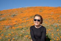 Portret van een jonge vrouw in een zwarte bovenkant op het wildflowergebied van papavers tijdens de super bloei van Californi? royalty-vrije stock foto