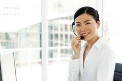 Portret van een jonge vrouwelijke Aziatische call centreexploitant royalty-vrije stock afbeelding