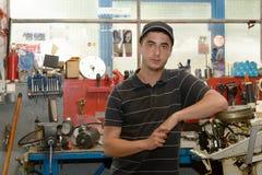 Portret van een jonge werktuigkundige in zijn workshop Royalty-vrije Stock Fotografie