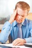 Portret van een jonge zakenman met hoofdpijn stock foto