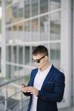 Portret van een jonge zakenman met smartphone Royalty-vrije Stock Foto