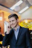 Portret van een jonge zakenman op telefoon Royalty-vrije Stock Foto