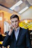 Portret van een jonge zakenman op telefoon Stock Foto