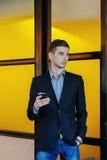 Portret van een jonge zakenman op telefoon Royalty-vrije Stock Foto's