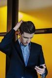 Portret van een jonge zakenman op telefoon Royalty-vrije Stock Afbeelding