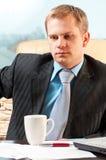Portret van een jonge zakenman in twijfel over som stock fotografie