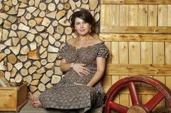 Portret van een jonge zwangere vrouw in landelijke stijl Stock Foto's