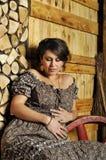 Portret van een jonge zwangere vrouw in landelijke stijl Stock Fotografie