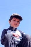Portret van een jongen 7 jaar tegen de blauwe hemel Royalty-vrije Stock Foto's