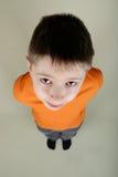 Portret van een jongen die omhoog kijkt stock afbeeldingen