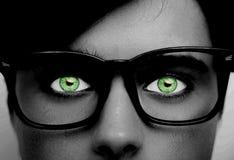 Portret van een jongen die oogglazen groene ogen dragen dicht, macrostudioschot royalty-vrije stock afbeelding