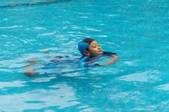Portret van een jongen die in openbaar zwembad spelen royalty-vrije stock fotografie