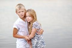 Portret van een jongen en een meisje op het strand Royalty-vrije Stock Afbeeldingen