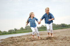 Portret van een jongen en een meisje op het strand Stock Foto's