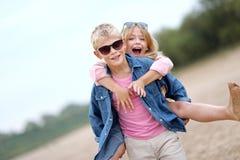 Portret van een jongen en een meisje op het strand Royalty-vrije Stock Foto