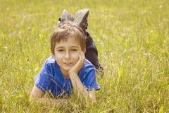 Portret van een jongen in het gras Stock Afbeeldingen