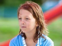 Portret van een Jongen met Blond Lang Haar in Blauw Royalty-vrije Stock Foto
