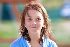 Portret van een Jongen met Blond Lang Haar in Blauw Stock Fotografie