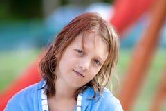 Portret van een Jongen met Blond Lang Haar in Blauw Stock Afbeeldingen
