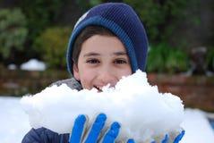Portret van een jongen met een sneeuwbal Stock Afbeelding