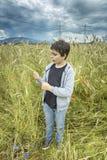 Portret van een Jongen op een tarwegebied Stock Foto