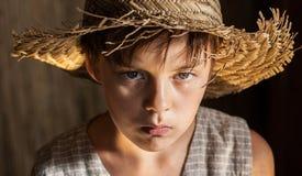 Portret van een jongen in een strohoed en een vest Royalty-vrije Stock Fotografie