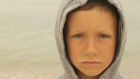 Portret van een jongen tegen het overzees stock videobeelden