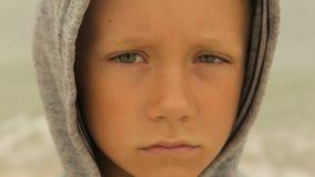 Portret van een jongen tegen het overzees stock footage
