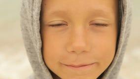 Portret van een jongen tegen het overzees stock video