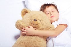 Portret van een jongensslaap met teddybeer royalty-vrije stock foto's