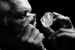Portret van een juwelier tijdens de evaluatie van juwelen Stock Afbeelding