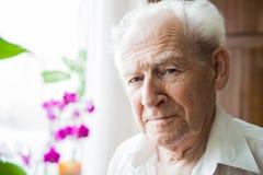 Portret van een kalme oude mens Royalty-vrije Stock Foto's