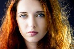 Portret van een kalme peinzende jonge mooie meisjesvrouw met lang haar en blauwe ogen Stock Foto's