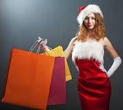 Portret van een Kerstmisvrouw in schoonheids rode kleding Stock Foto's