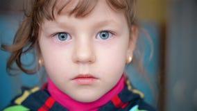 Portret van een kind dat de camera onderzoekt