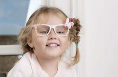 Portret van een kind in glazen stock afbeelding