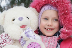 Portret van een kind met een teddybeer in de winter Stock Foto
