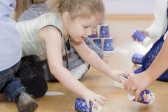 Portret van een kind tijdens het spel stock fotografie