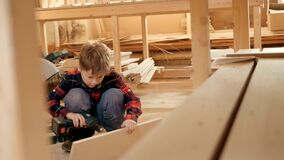 Portret van een kind in een timmerwerkworkshop stock videobeelden