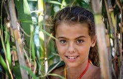 Portret van een klein meisje in de struiken royalty-vrije stock afbeelding