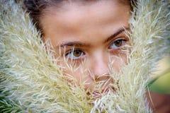 Portret van een klein meisje in de struiken stock afbeeldingen