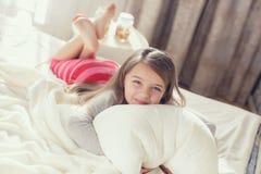 Portret van een klein meisje die een hoofdkussen koesteren Stock Fotografie